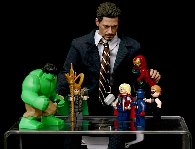Toys de tony stark jouant avec des minifigurines lego super heroes
